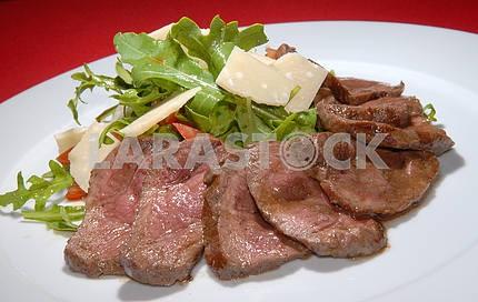 Вареная говядина с рукколой и сыром