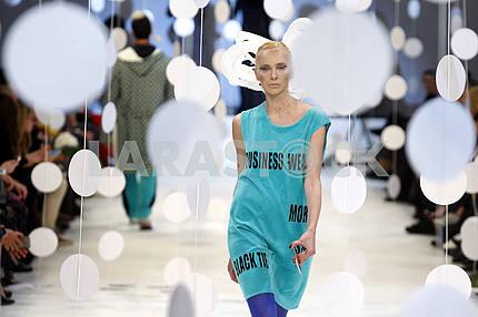 Модель демонстрирует наряд украинского дизайнера Алексея Залевского