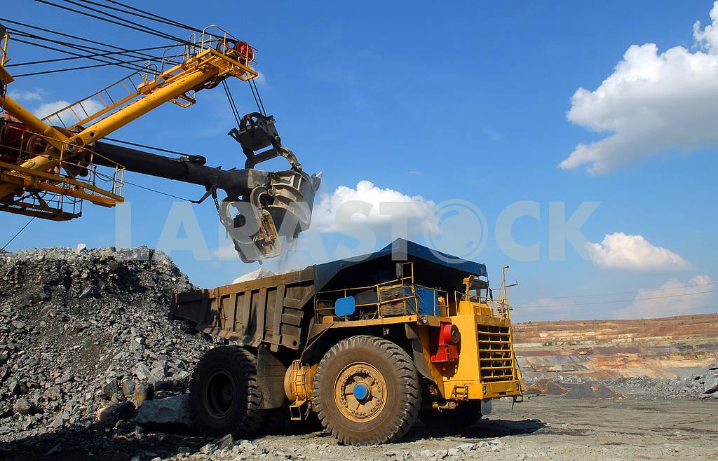 Loading of iron ore — Image 3976