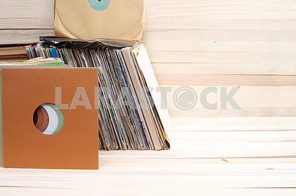 Ретро стиле изображение коллекции старых виниловых пластинок lp с рукавами на деревянном фоне. Копирование пространства