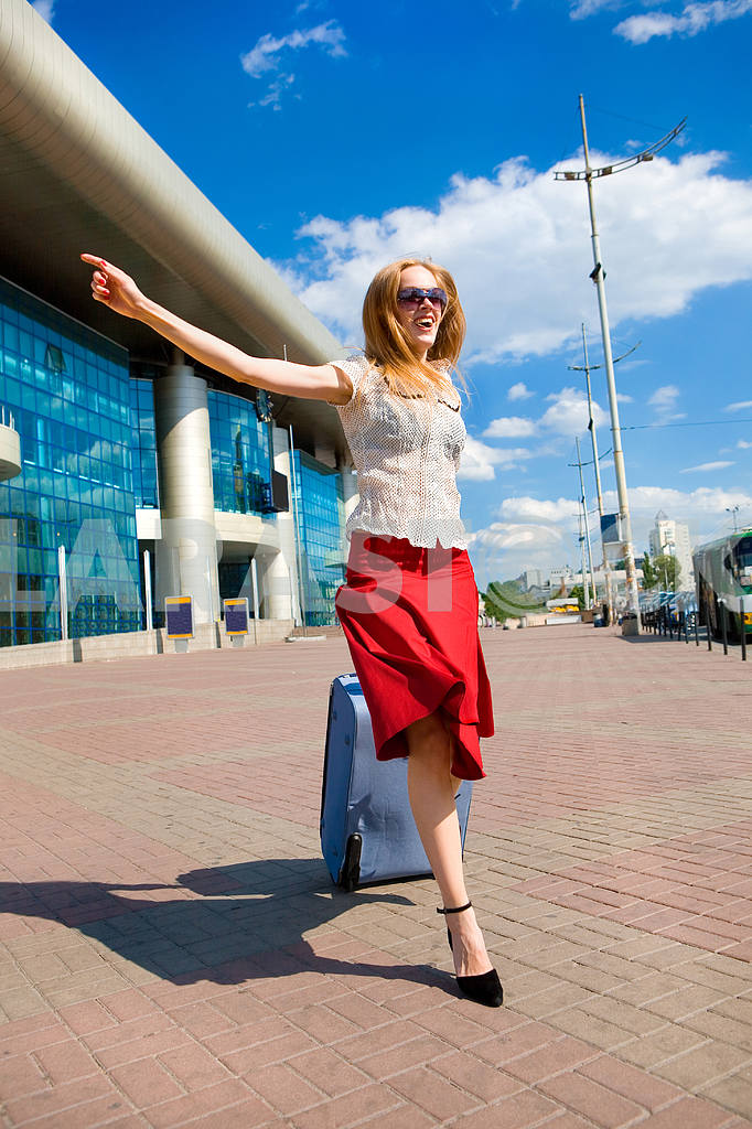 Young woman, blond, runs against the backdrop of the station. In — Image 4441