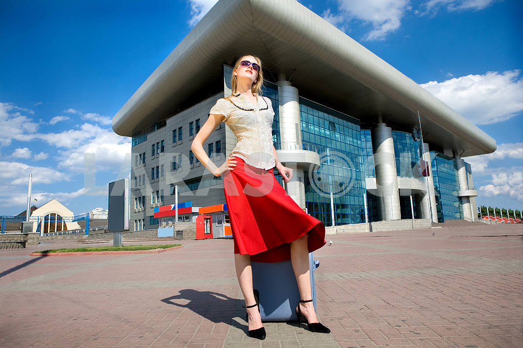 Beautiful young woman with a suitcase against the backdrop of th — Image 4461