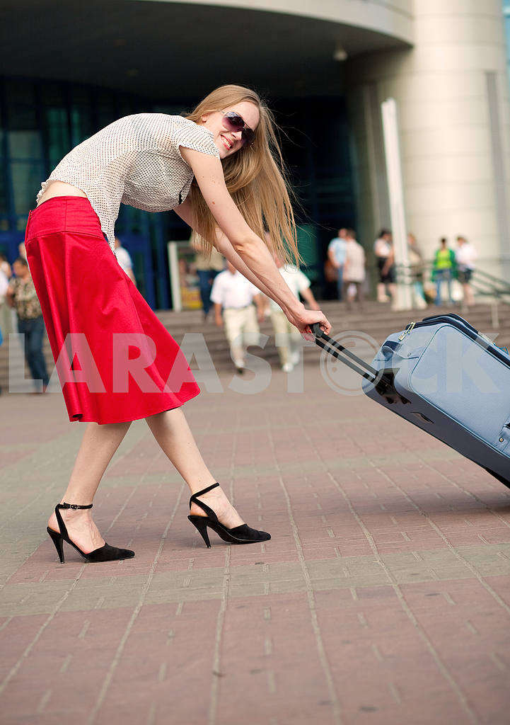 Young woman, blond, against the backdrop of the station. In all  — Image 4468