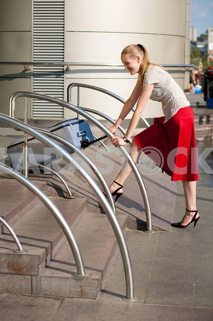 Young woman, blond, against the backdrop of the station. In all  — Image 4477