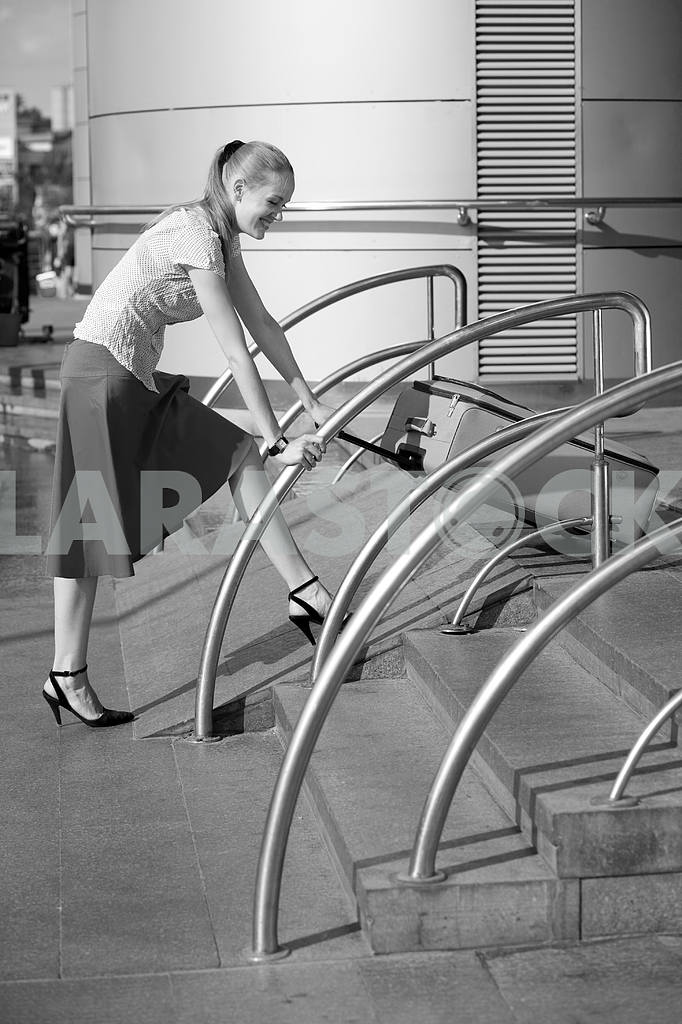 Young woman, blond, against the backdrop of the station. In all  — Image 4478