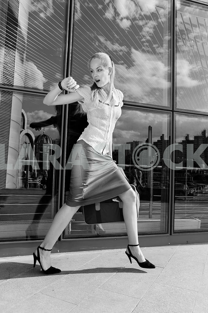 Beautiful girl, blond, runs against the backdrop of the station. — Image 4481