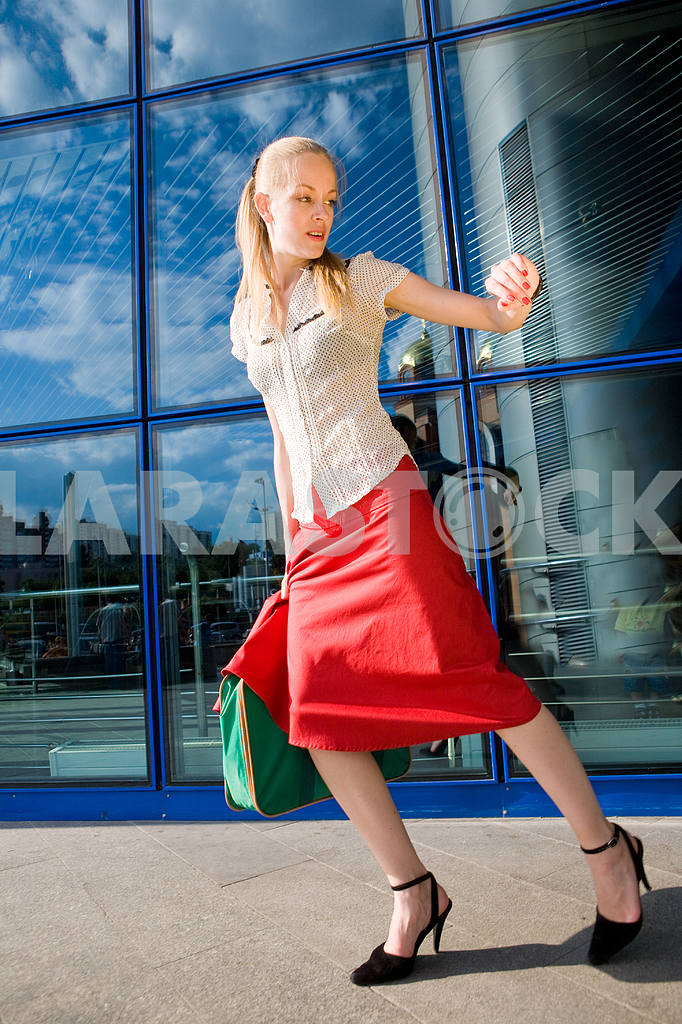 Beautiful girl, blond, runs against the backdrop of the station. — Image 4485