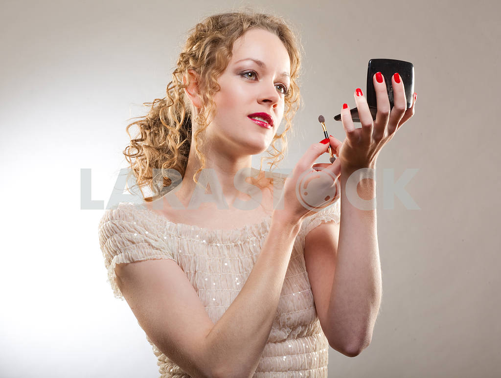 Pretty woman applying make-up with powder — Image 4488