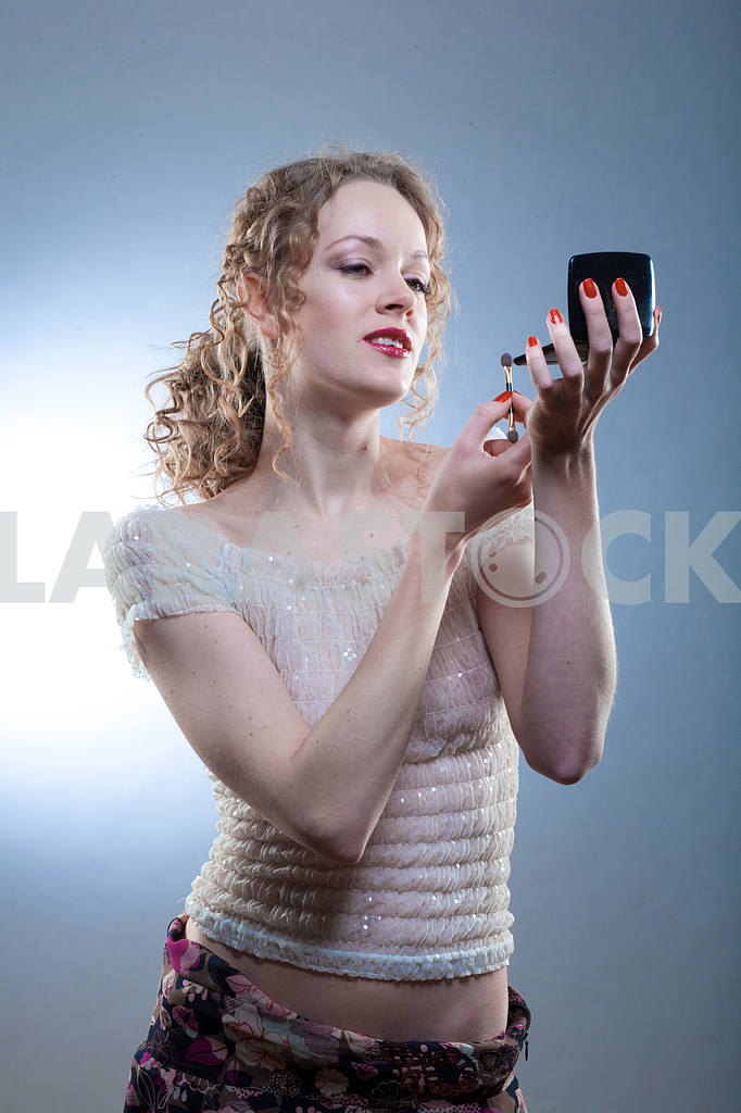 Pretty woman applying make-up with powder — Image 4490