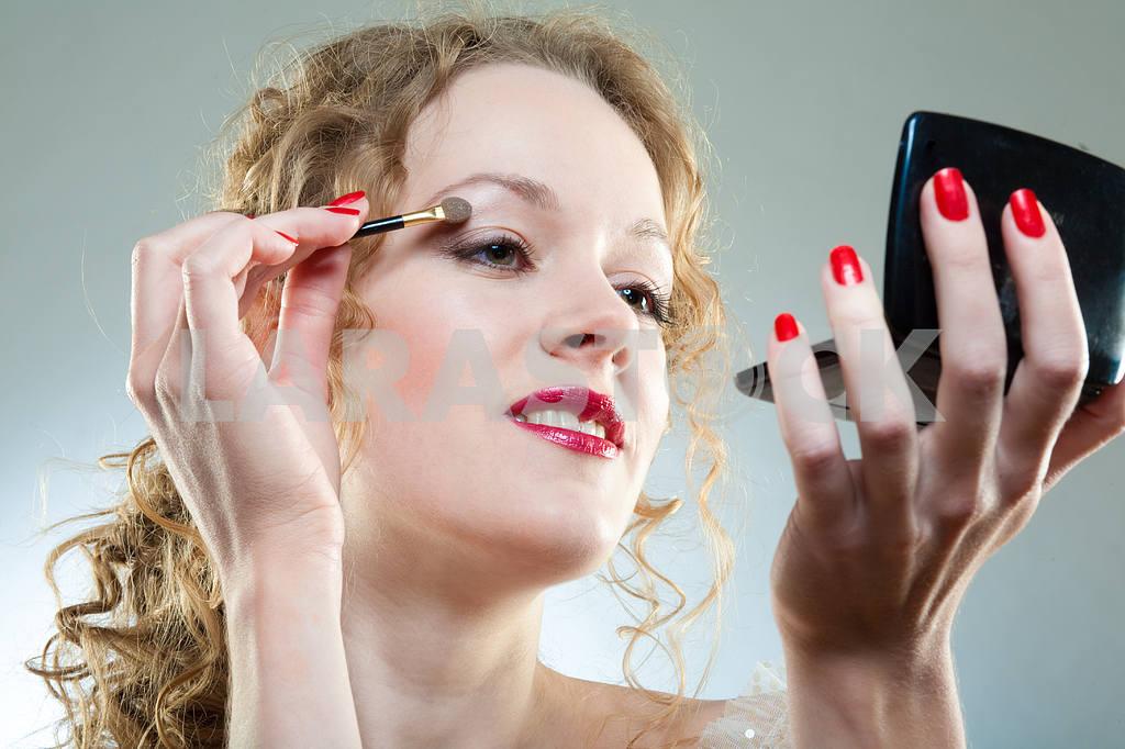 Pretty woman applying make-up with powder — Image 4492