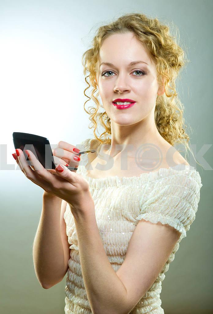 Pretty woman applying make-up with powder — Image 4494