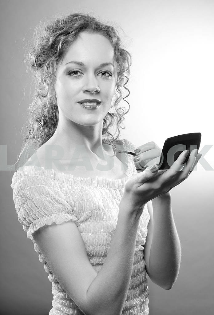 Pretty woman applying make-up with powder — Image 4495