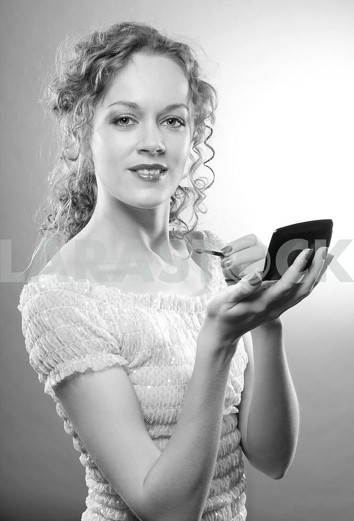 Pretty woman applying make-up with powder — Image 4495