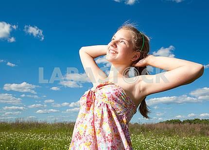 Портрет улыбающейся девушки в голубом небе