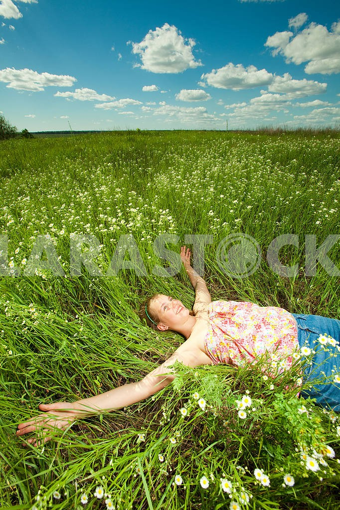 Pretty girl having fun in the field — Image 4575