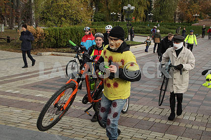 Guy in a mask with a bicycle