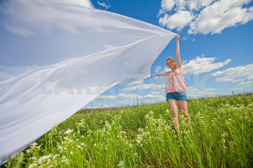 Pretty girl having fun flying in blue sky — Image 4599