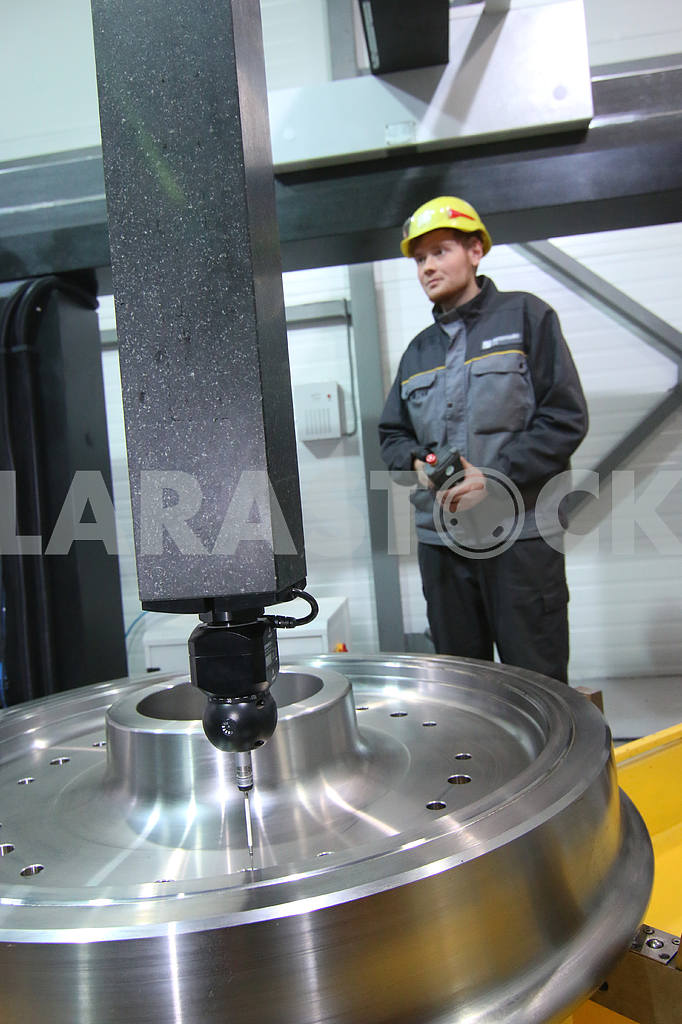 Worker near the drilling machine — Image 46027