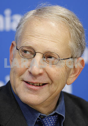 Shlomo Mintz smiles