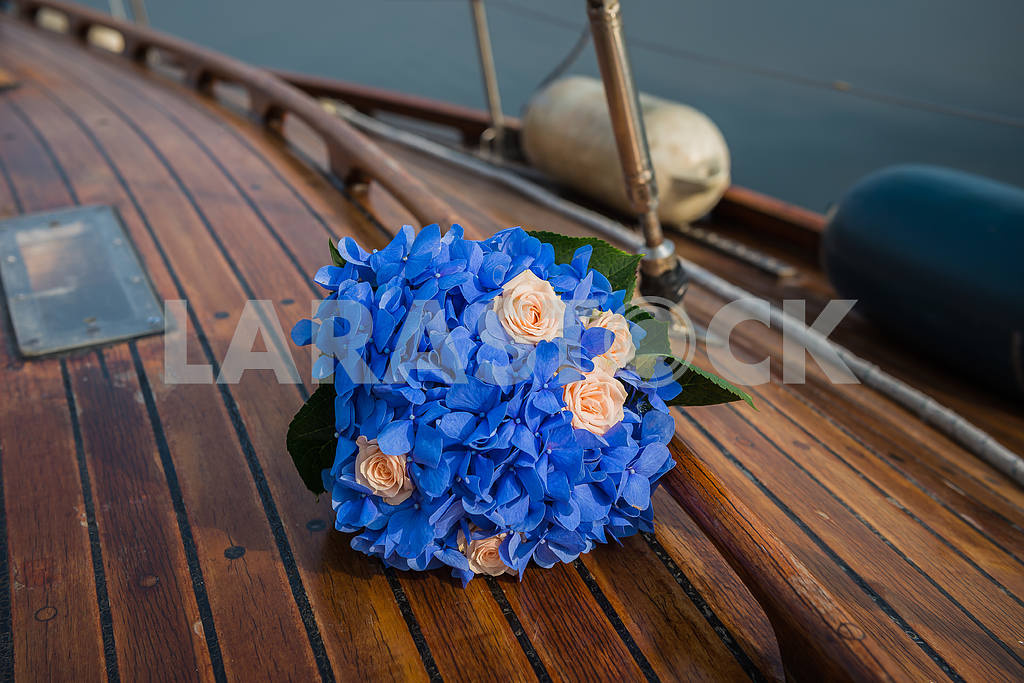 Wedding bouquet on a wooden yacht board — Image 46067