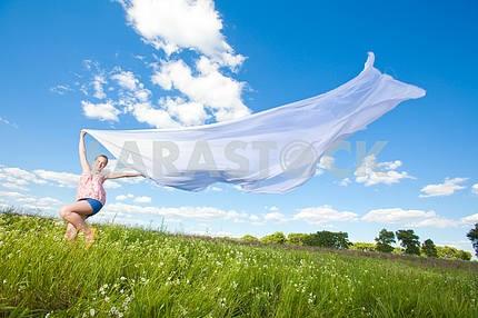 Красивая девушка весело летать в синем небе