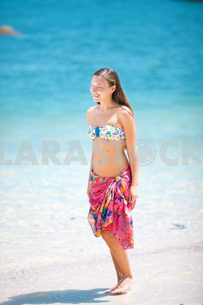 Beautiful young girl on beach — Image 4658