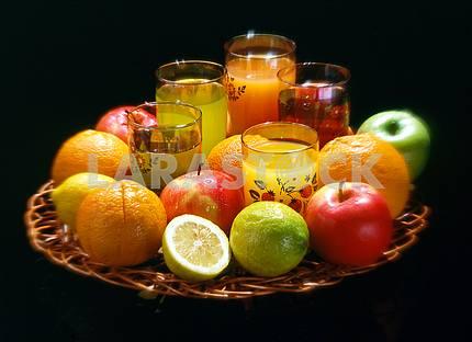 Ваза с цитрусовыми и яблоками