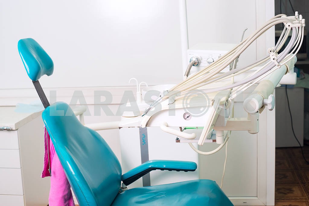 Stomatological instrument in the dentists clinic. Operation, tooth replacement. — Image 46711