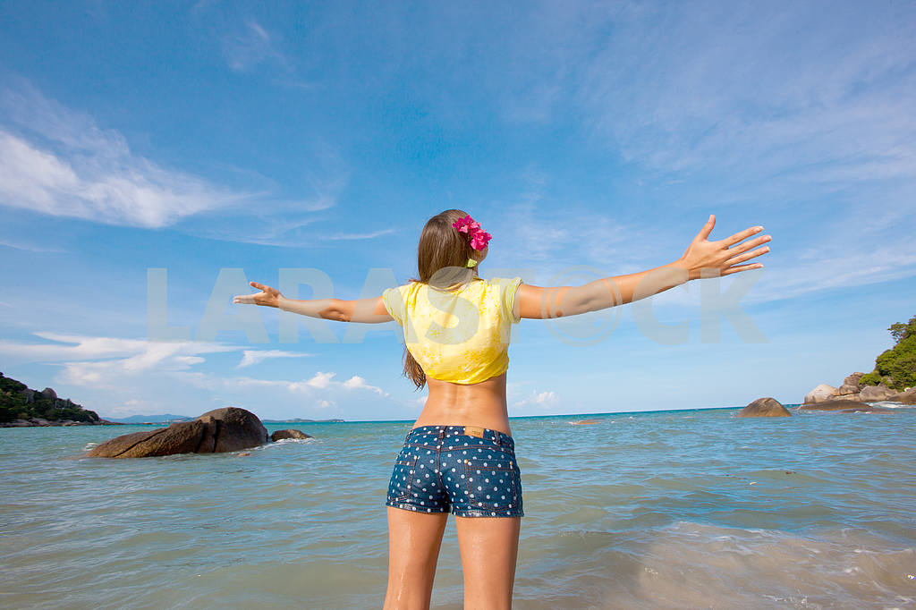 Happy young woman against azure sea — Image 4692
