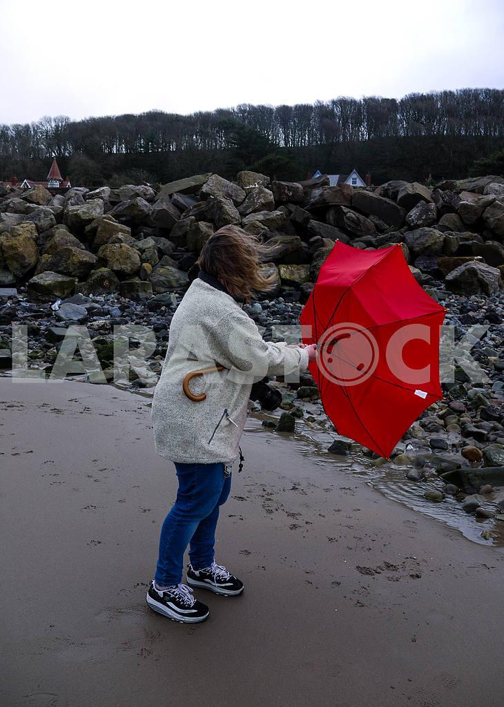 Женщина, борющаяся с зонтиком — Изображение 47033