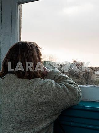 Женщина, выглядывающая из окна