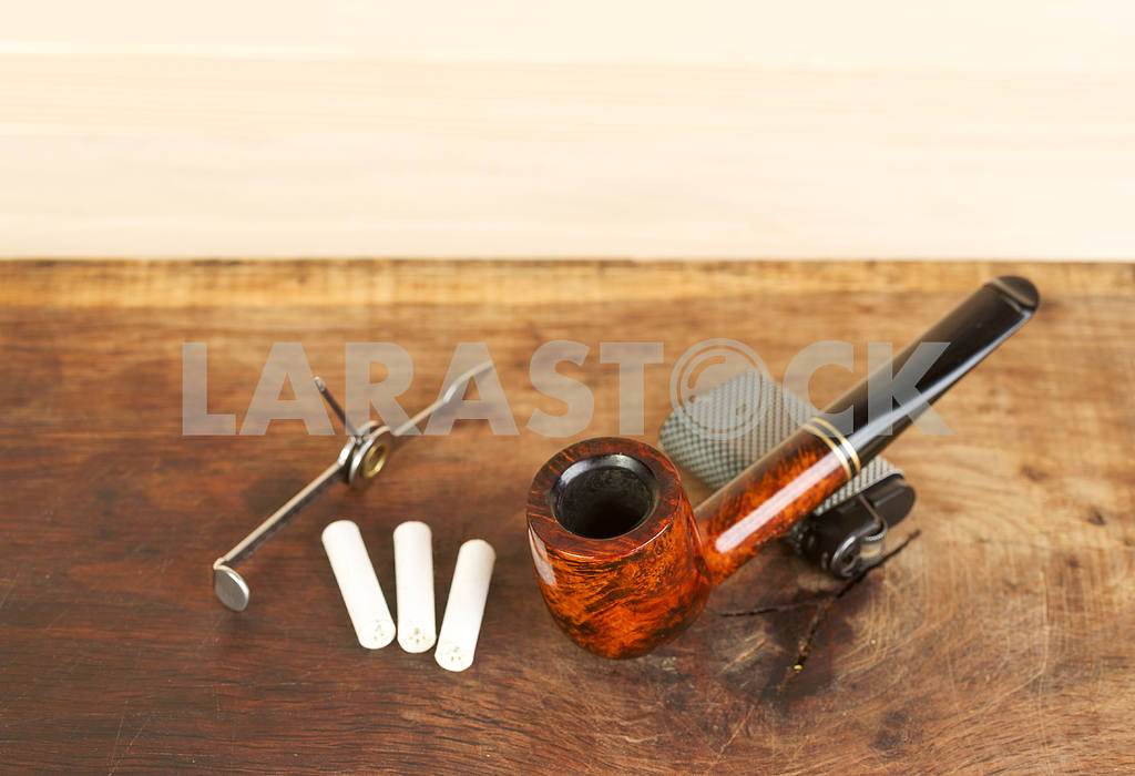 Smoking pipe on a wooden table. Aroma. Copy space — Image 47610