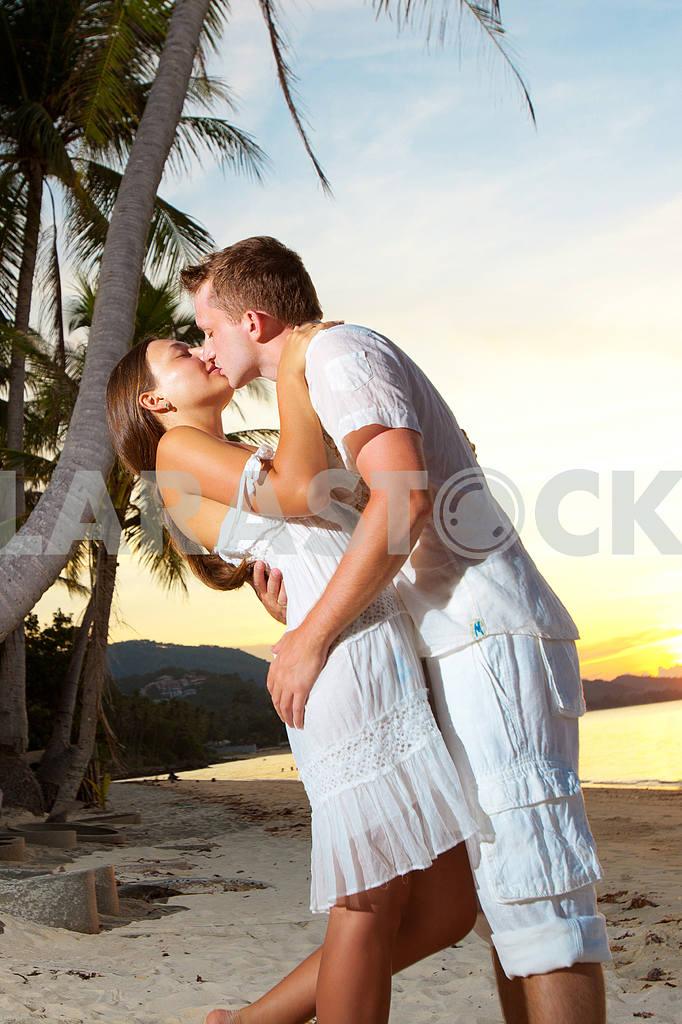 Молодая пара, обниматься на пляже на закате — Изображение 4764