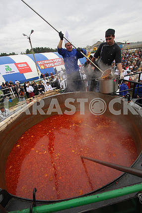 The cook fills the pot with borshch