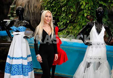 Энна Левони возле своей коллекции одежды