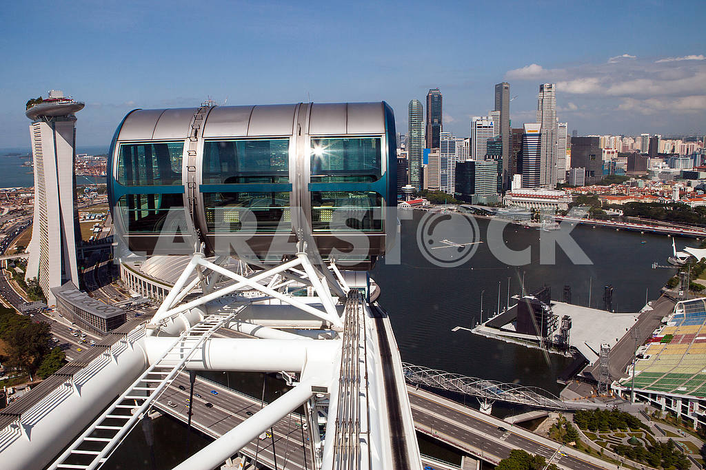 The cabin Ferris wheel on the background of buildings in Singapore — Image 48549