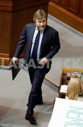 Вадим Новинский в сессионном зале в рост