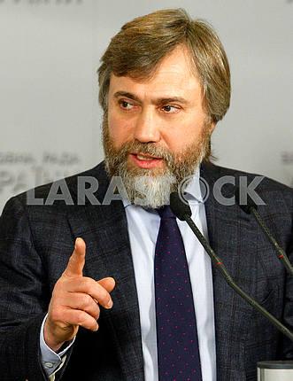 Вадим Новинский жестикулирует
