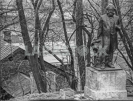 A monument to Karl Marx in the former October Hospital in Kiev. Photo 80s