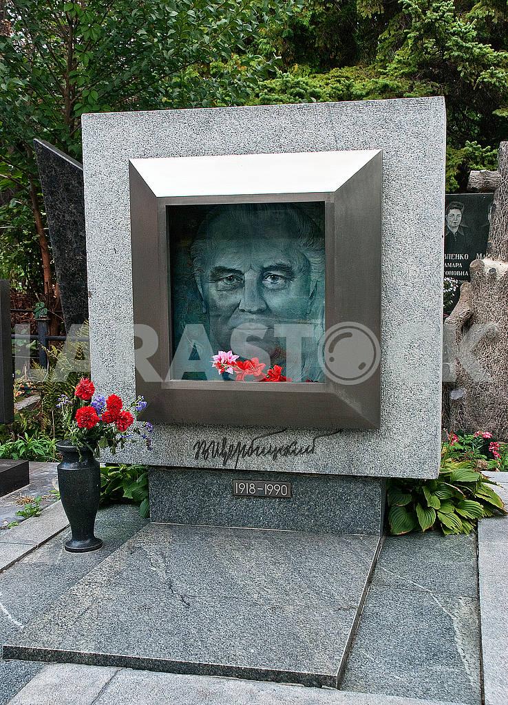 Kiev, monument at the grave of Vladimir Shcherbytsky on Baykovoye cemetery. Author portrait People's Artist of Ukraine, ceramist Lyudmila Meshkov — Image 49144