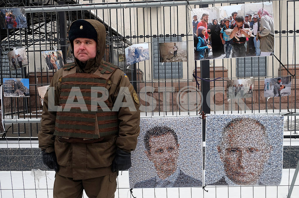 A soldier of the National Guard and portraits of Putin and Assad — Image 49159
