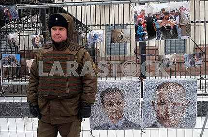 A soldier of the National Guard and portraits of Putin and Assad