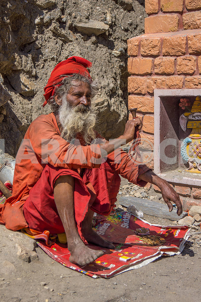 The sadhu is holding the pipe — Image 49163