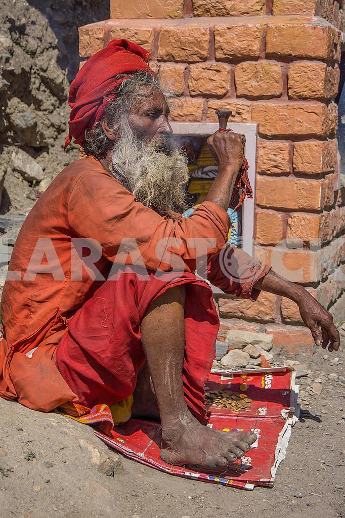 Sadhu smokes marijuana — Image 49164