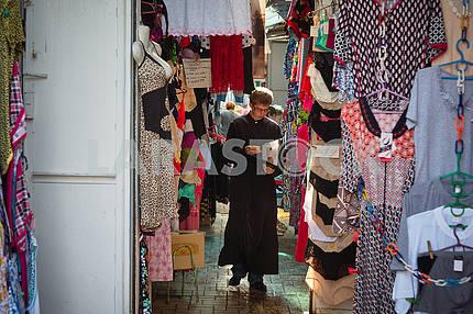Послушник на городском рынке