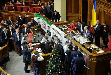 Депутаты возле трибуны ВР