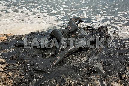 Девушки очень красиво лежа вытянулись телом в грязевых ваннах
