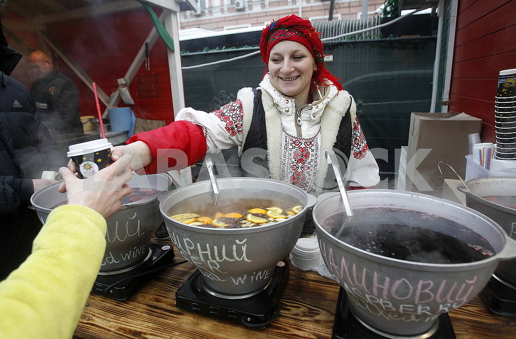 The seller of mulled wine in the Sophia Square — Image 49564