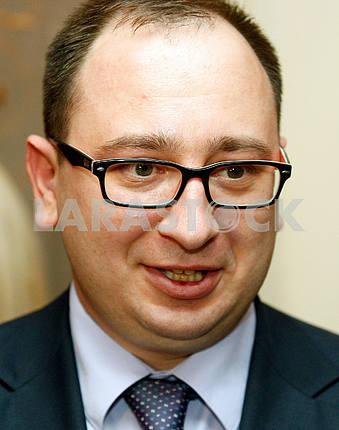 Николай Полозов улыбается