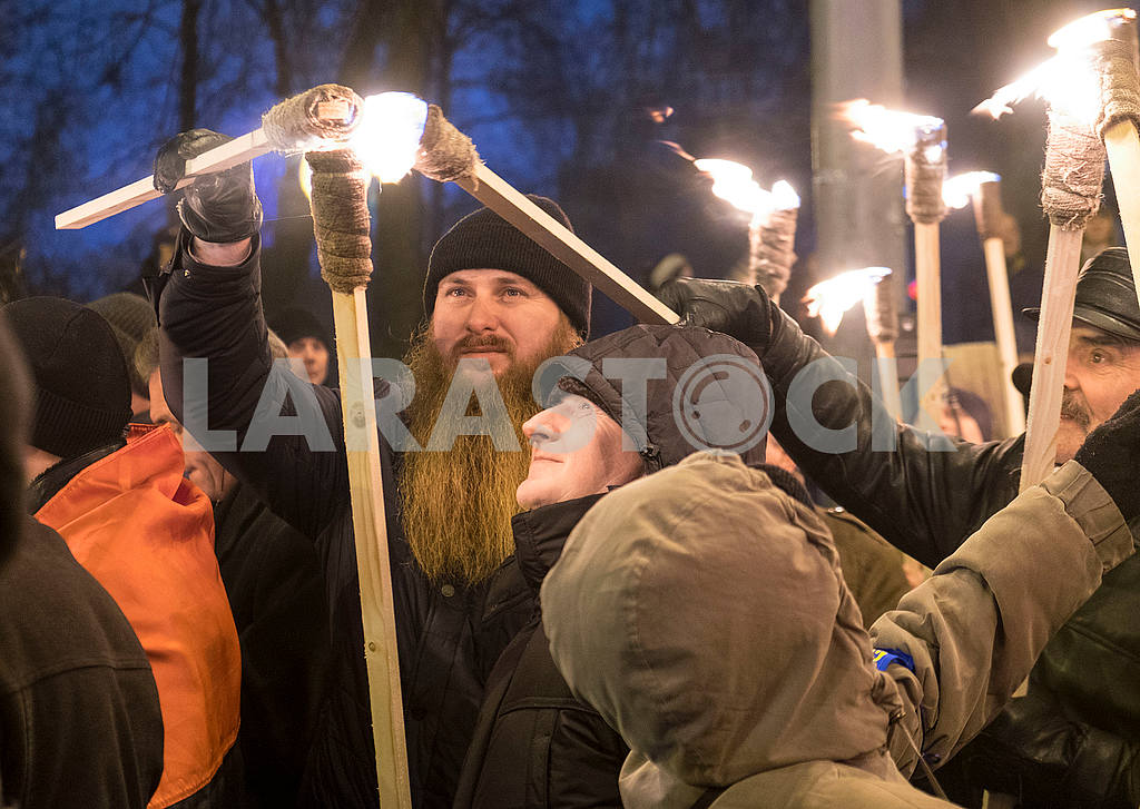 The priest lights the torch — Image 49692